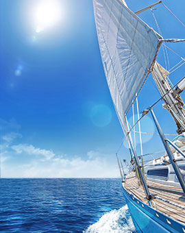 푸른 바다 위,  새하얀 요트가 멋스럽다.