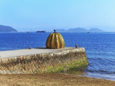 예술의 섬 나오시마에서 여유있는 자유시간, 다카마쓰 온천호텔, 올리브 음료 제공, 유카타입고 즐기는 가이세키식사